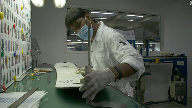 تولید انبوه اسنوبرد در دبی به عنوان یکی از گرم ترین نقاط کره زمین چالشی است که نورا با اشتیاق و علاقه از آن صحبت می کند.