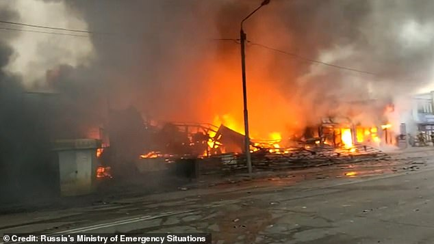 در ویدیویی که در ادامه خواهید دید، لحظه انفجار یک کارخانه تولید مواد محترقه و وسایل آتش بازی در روسیه به تصویر کشیده شده که باعث انفجارهای بزرگ و به هوا رفتن هزاران وسیله آتش بازی در دل آسمان شب می شود.