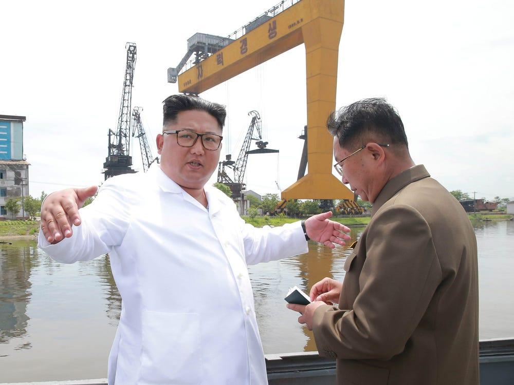 یک ماهیگیر اهل کره شمالی به دلیل گوش دادن مداوم به رادیوهای بیگانه در دریا، توسط مقامات این کشور تیرباران شد.