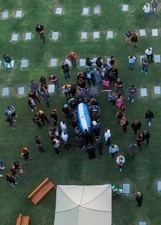 مقامات امنیتی آرژانتین 200 نیروی پلیس را مامور محافظت از قبر دیگو مارادونا در قبرستان شهر بوئنوس آیرس کرده اند تا مانع از دزیده شدن جسد او شوند.