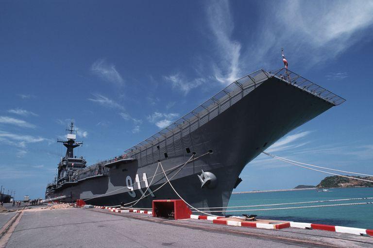 تنها کشورهای معدودی در جهان دارای ناو هواپیمابر در ناوگان دریایی خود هستند و بدین ترتیب باشگاهی کوچک و خصوصی در این زمینه شکل گرفته