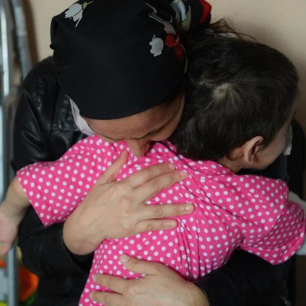 دست یک دختر 7 ساله روسی بعد از اینکه به خاطر عفونت شدید ناشی از زخم شکنجه های وحشیانه عمه اش شیطان صفتش به قانقاریا مبتلا شده و دیگر قابل درمان نبود قطع شد.