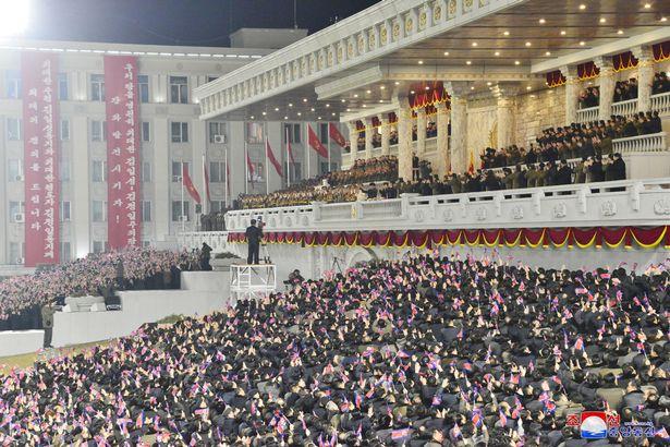 کیم جونگ اون در رژه ای بسیار بزرگ بدون فاصله گذاری اجتماعی و در حالی که می خندید از «قدرتمندترین سلاح جهان» رونمایی کرد.