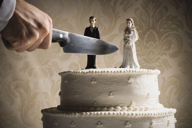 یک زن خشمگین بعد از تماشای تصاویر قدیمی شوهرش با یک زن جوان تر با چاقو به او حمله کرد، زنی که مشخص شد خودش در روزگار جوانی بوده است.