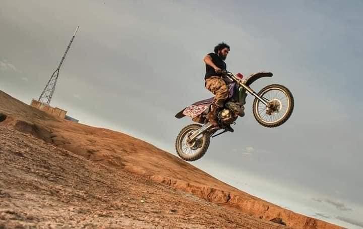 یک ورزشکار افغانستانی به نام رقیب فاروقی به خاطر ظاهرش و تمرینات ورزشی سنگینی که انجام می دهد لقب «جیسون موموآی افغانستان» را گرفته است.