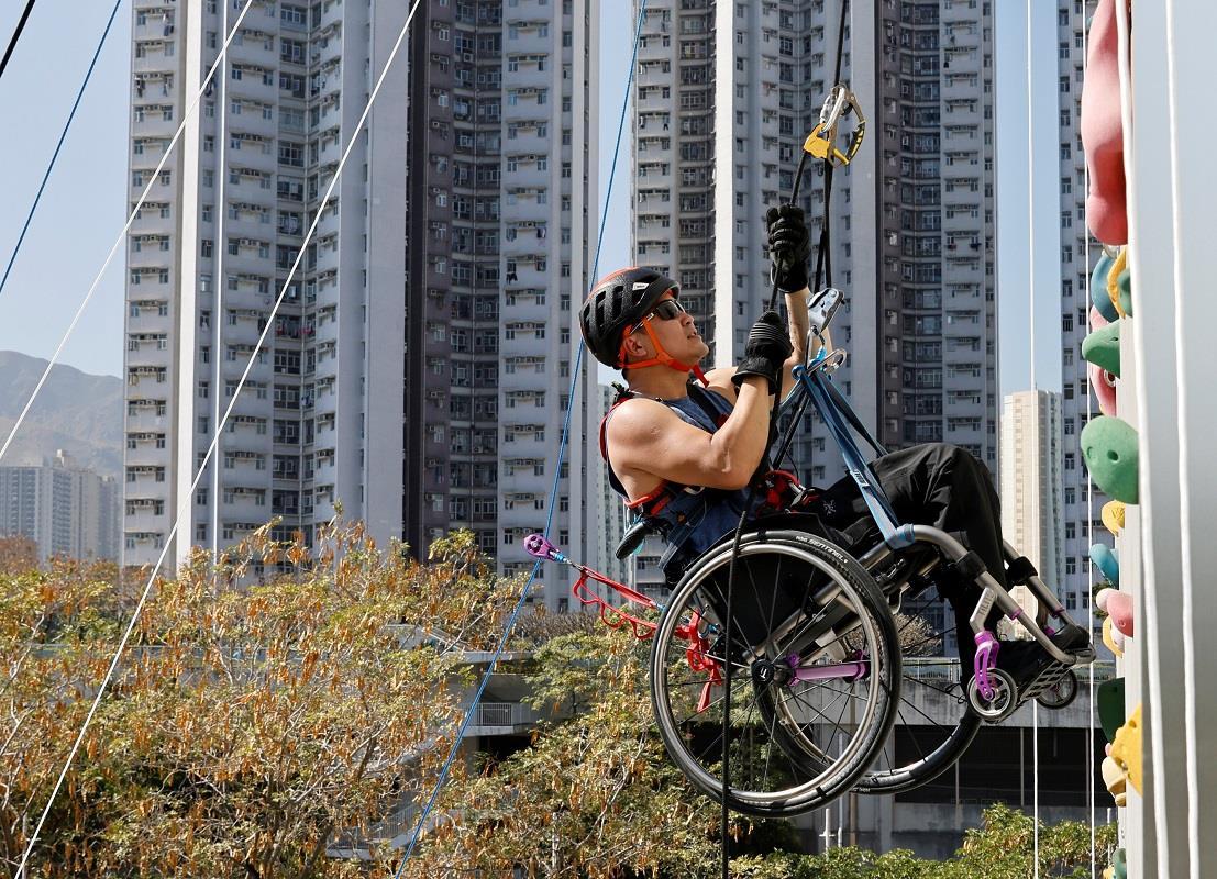 یک صخره نورد معلول هنگ کنگی توانست با ویلچر خود به ارتفاع 243 متری یکی از بلندترین آسمانخراش های این شهر صعود کند.