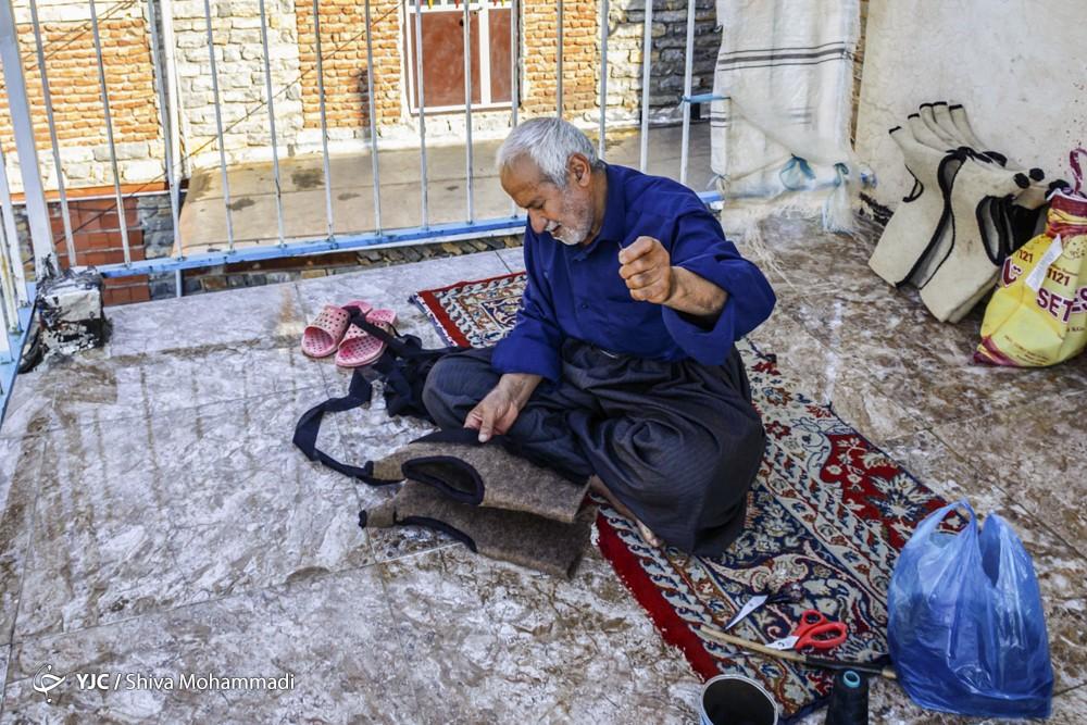 محمد جعفر خسروی مجری برنامه شبکه دو سیما در برنامه خود مهمان برنامه را خطاب قرار داده و می گوید که این لباس چوپانی که پوشیده اید چیست.