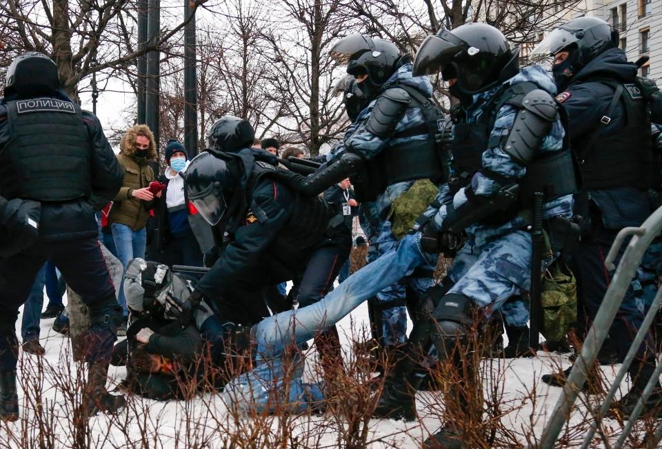 مخالفان ولادیمیر پوتین به دعوت الکسی ناوالنی به خیابان ها آمده و با نیروهای امنیتی درگیر شده اند که با دستگیرهای متعدد همراه بوده است