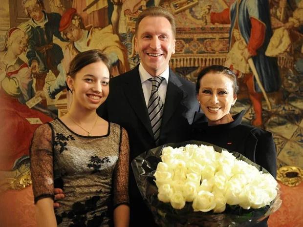 دختر بالرین یکی از نزدیک ترین دوستان ولادیمیر پوتین ، رییس جمهور روسیه ، سالانه بیش از 20 میلیون پوند دستمزد از منبع درآمدی دوم خود دارد.