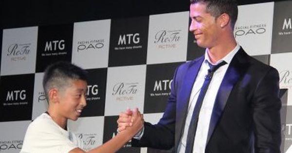 کریستیانو رونالدو در سال 2014 در جریان تبلیغ برای یک محصول زیبایی از یک پسربچه ژاپنی که می خواست به زبان پرتغالی با او صحبت کند دفاع کرد.