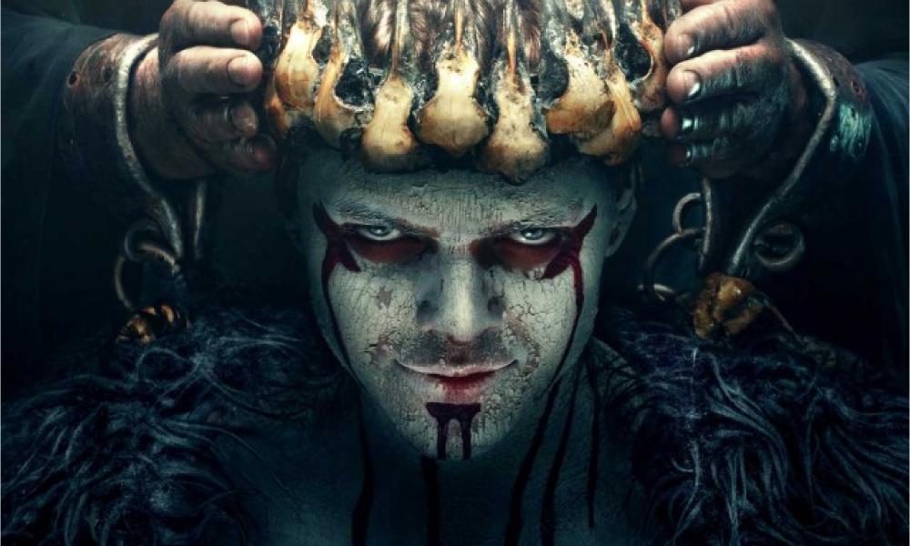 شخصیت آیوار بی استخوان (Ivar the Boneless) در سریال Vikings دارای چشم های بسیار آبی است که وقتی در خطر باشد آبی تر از قبل نیز می شود