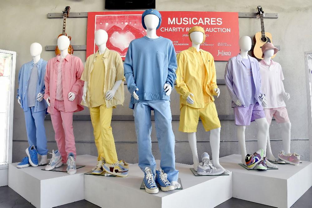 حراج لباس های رنگی گروه BTS در موزیک ویدیو Dynamite به قیمت ۱۶۲,۵۰۰ دلار
