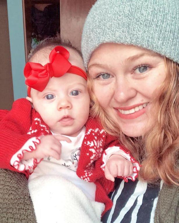 مادری که تنها چند ماه از زایمانش می گذشت، از سبز شدن رنگ شیر خود بعد از ابتلای او و نوزاد دخترش به کرونا خبر داده است.