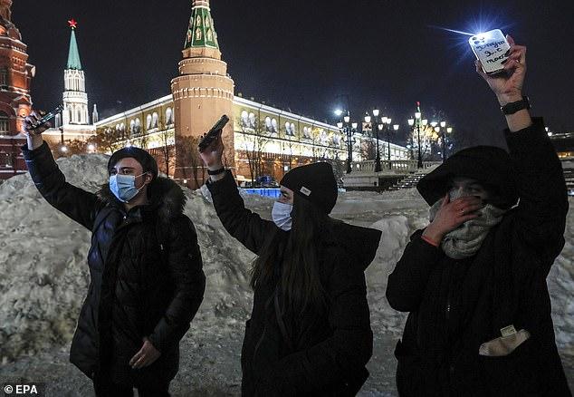 حامیان الکسی ناوالنی رهبر زندانی شده مخالفان در روسیه روز یکشنبه گذشته در سرمای شهرهای مسکو و سنت پترزبورگ به خیابان ها آمده و اعتراض چراغ قوه ای نسبت به زندانی شدن این چهره برجسته سیاسی را به راه انداختند.