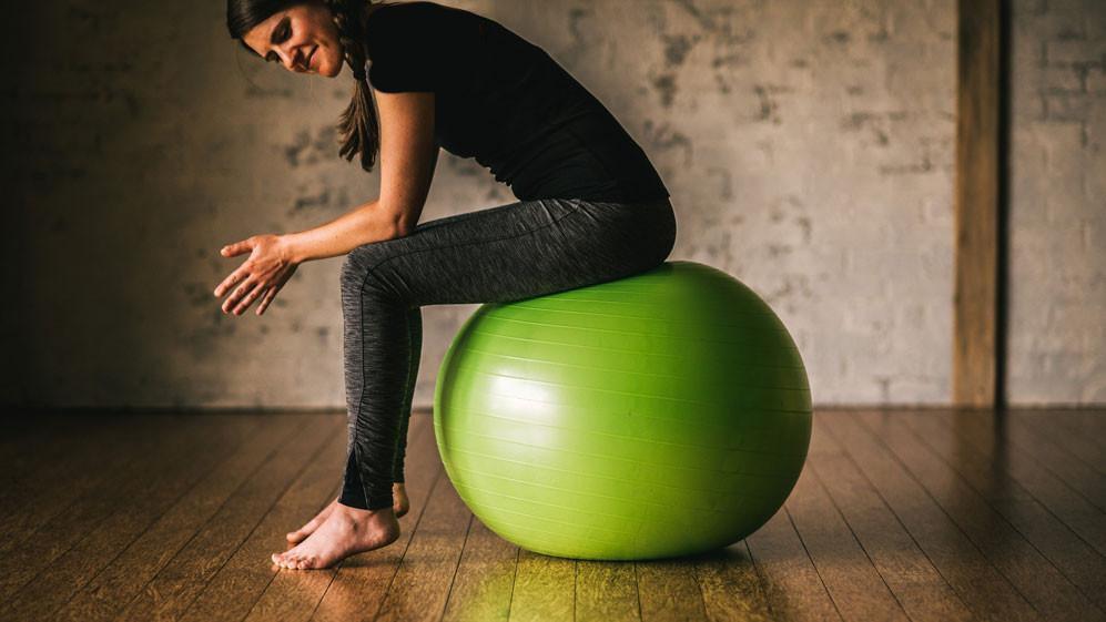 ۶ حرکت ورزشی فوق العاده که انجام آن ها تنها به کمک توپ تمرین امکانپذیر است