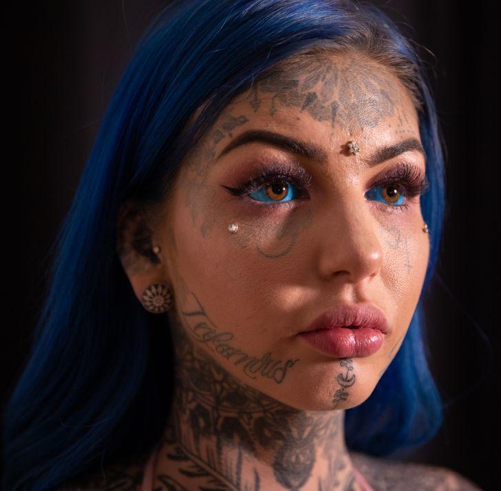 بسیاری از دیگر انواع دستکاری بدن نیز دیده شده که بسیار عجیب و گاه ترسناک هستند، مانند تتو کردن چشم، ایمپلنت های زیرپوستی و دو تکه کردن زبان.