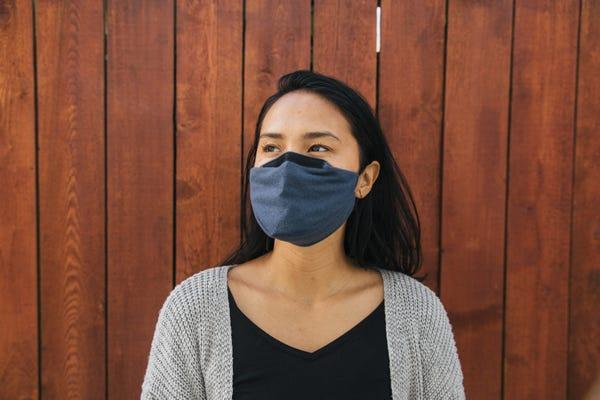 اگر چه واکسن مهم ترین و قاطع ترین نقش را در پایان دادن به شیوع کرونا دارد اما ماسک همچنان بهترین سلاح های انفرادی ما در برابر کرونا است.