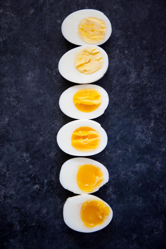 یک روش آشپزهای سختگیر برای آب پز کردن تخم مرغ این است که آب را به دمای جوش رسانده و سپس تخم مرغ ها را به آرامی در آن رها می کنند