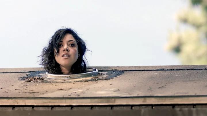 تقریباً تمام فیلم های زامبی محور در مورد گروهی از بازماندگان هستند که در یک مکان پناه گرفته و ناگهان بیرون زده و یک به یک کشته می شوند.