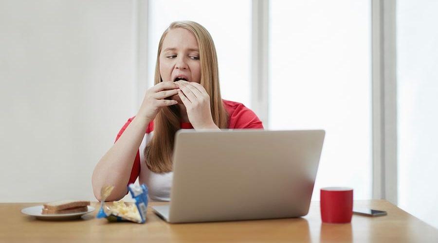 چرا هرگز نباید هنگام کار با کامپیوتر غذا بخوریم؟