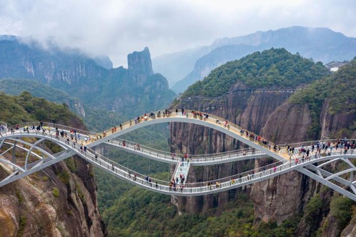 پل مواج و شیشهای چینی که باعث شگفتی بازدیدکنندگان آن شد [تماشا کنید]
