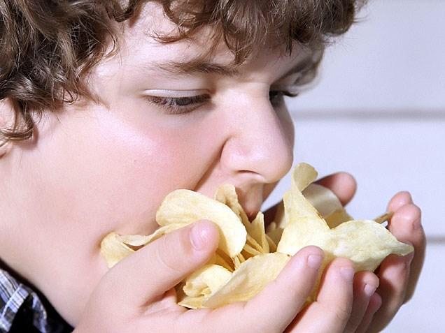 راز اعتیادآور بودن هله هوله محبوب دنیا؛ چرا از خوردن چیپس سیر نمی شویم؟