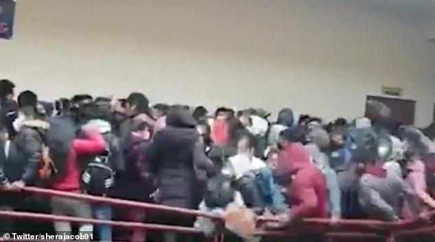 دستکم 5 دانشجو کشته شده و 3 دانشجو نیز به شدت زخمی شدند، پس از آنکه در اثر شکستن نرده ها از طبقه پنجم دانشگاهی در بولیوی به پایین سقوط کردند.