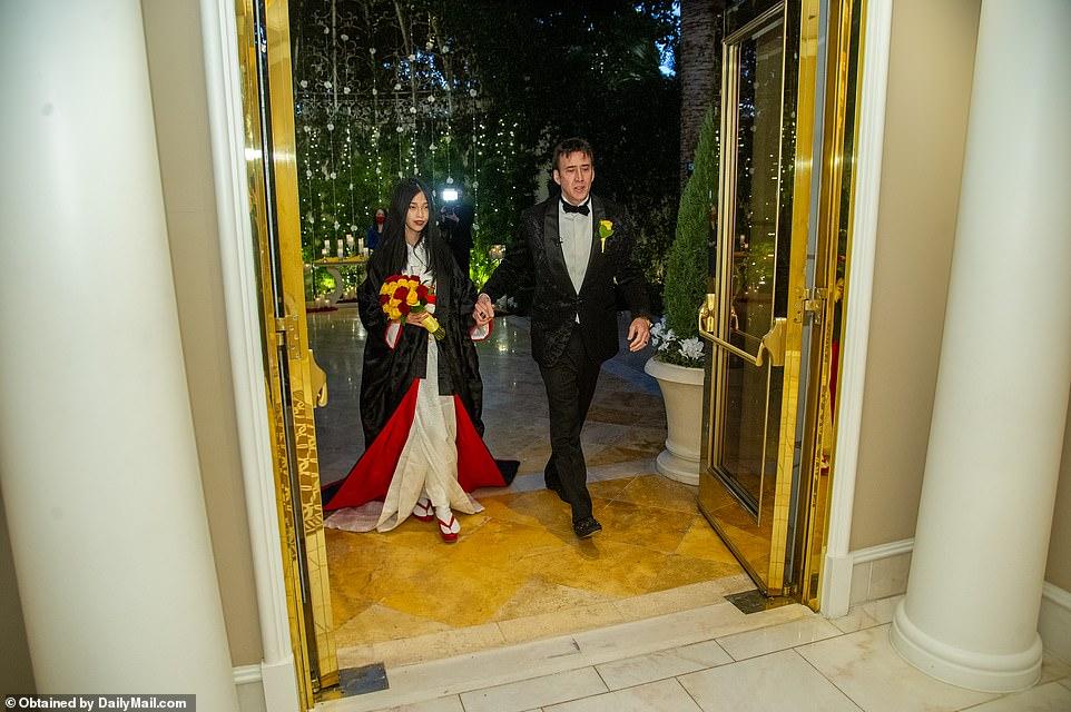 نیکلاس کیج 56 ساله برای پنجمین بار در زندگی خود ازدواج کرد و این بار قرعه عروس به نام ریکو شیباتا 26 ساله افتاد.