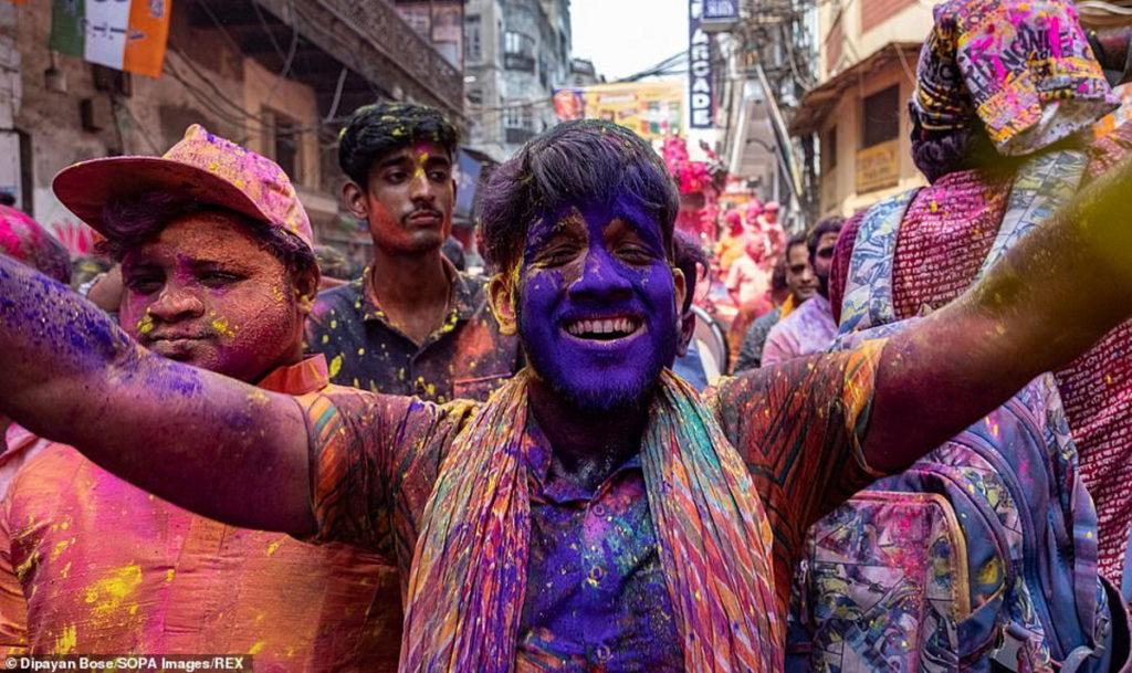 نگاهی به تصاویر رنگارنگ از فستیوال عشق در هندوستان