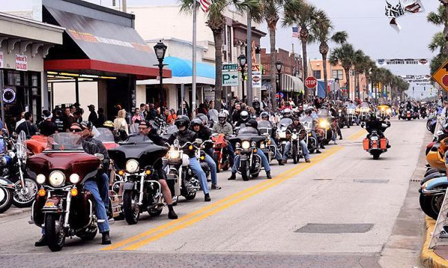 علیرغم شیوع کرونا، مراسم سالانه هفته موتورسواری در دیتونا بیچ باعث شده که ده ها هزار موتورسوار آخر هفته به این شهر هجوم ببرند.