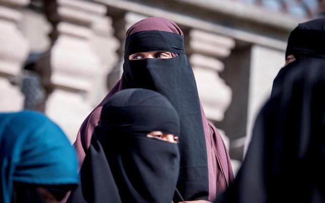 دولت سریلانکا اعلام کرده که به خاطر نگرانی های مربوط به «امنیت ملی»، پوشیدن برقع را ممنوع کرده و بیش از هزار مدرسه اسلامی را خواهد بست.