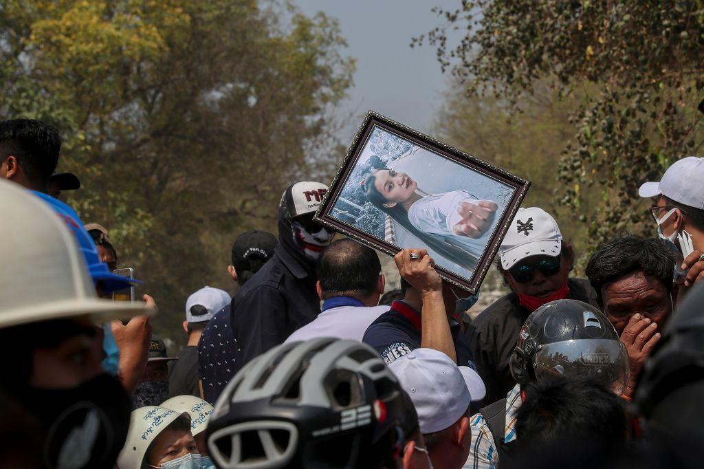 کیال سین دختر 19 ساله میانماری بود که تصویر پیش از مرگش به نماد اعتراضات ضد کودتا در میانمار تبدیل شده است