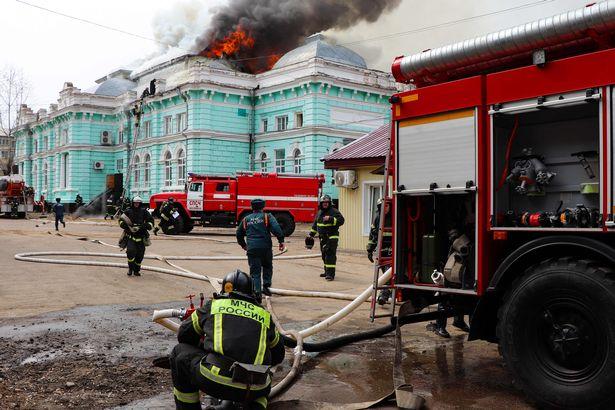 جراحان و پرستاران شجاع یک بیمارستان دچار حریق شده در روسیه جان خود را به خطر انداختند تا یک جراحی قلب باز را به پایان برسانند.