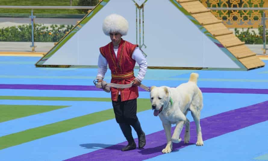 اختصاص یک روز تعطیل ملی به سگ آلابای در ترکمنستان توسط رییس جمهور
