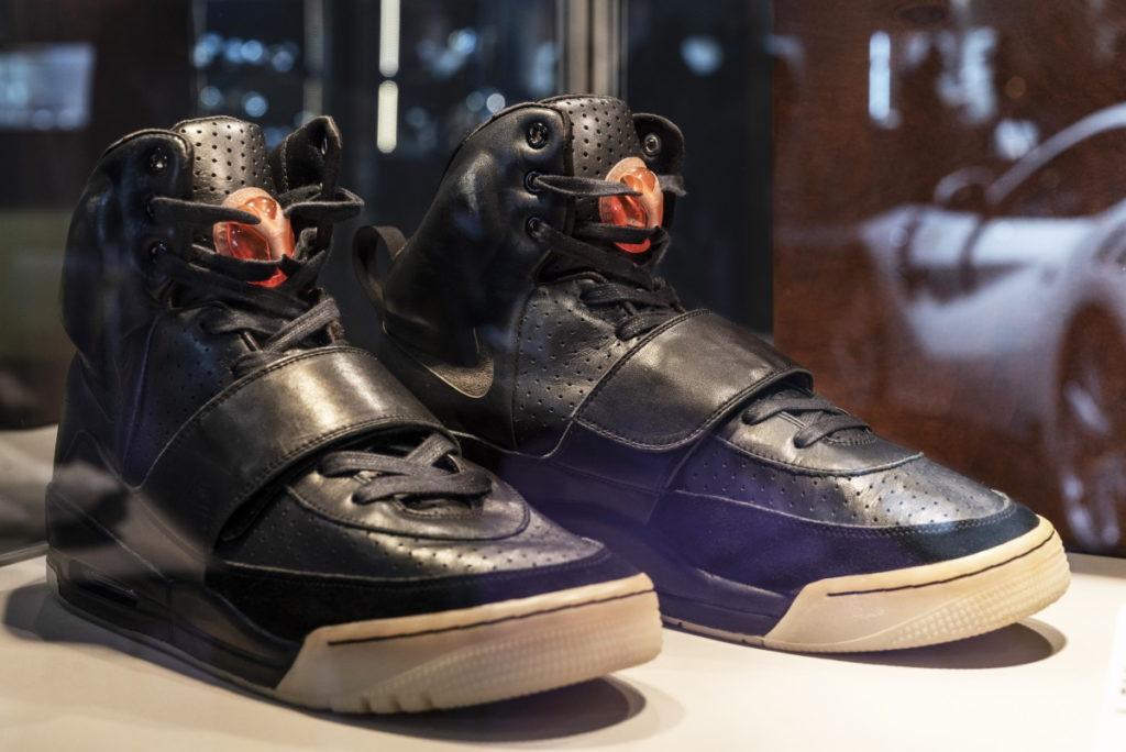 فروش کفشهای کانیه وست به قیمت سرسام آور ۱.۸ میلیون دلار