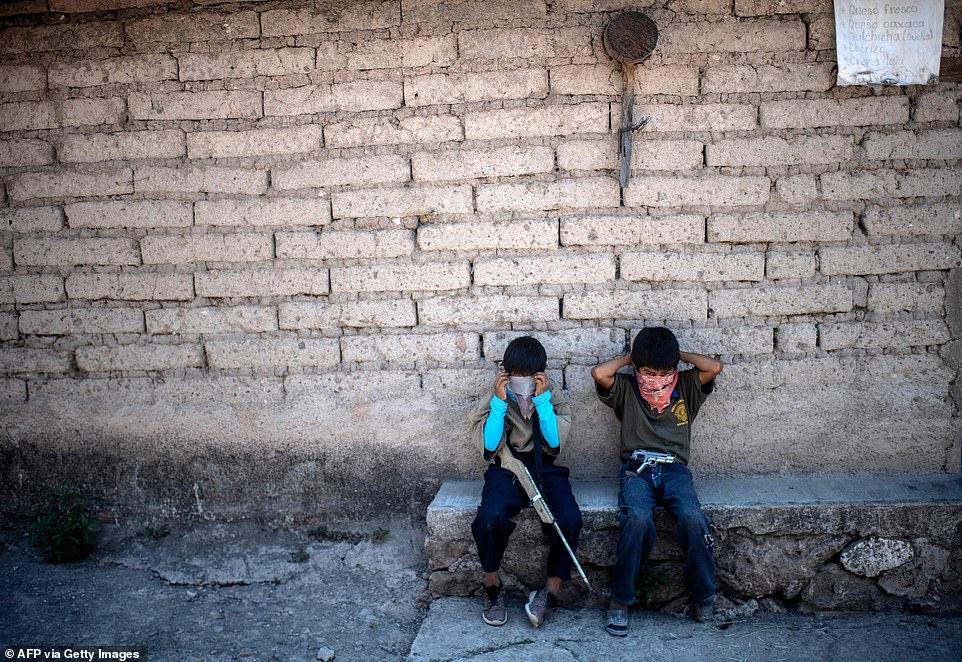 کودکانی که برخی از آن ها به سختی 5 سال دارند، برای مبارزه با دار و دسته های مواد مخدر در مناطق شدیداً جرم خیز این کشور آموزش می بینند.
