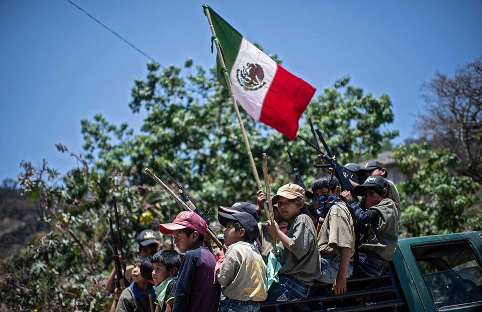 آموزش نظامی پسربچه های ۵ ساله در مکزیک برای مقابله با کارتل های مواد مخدر