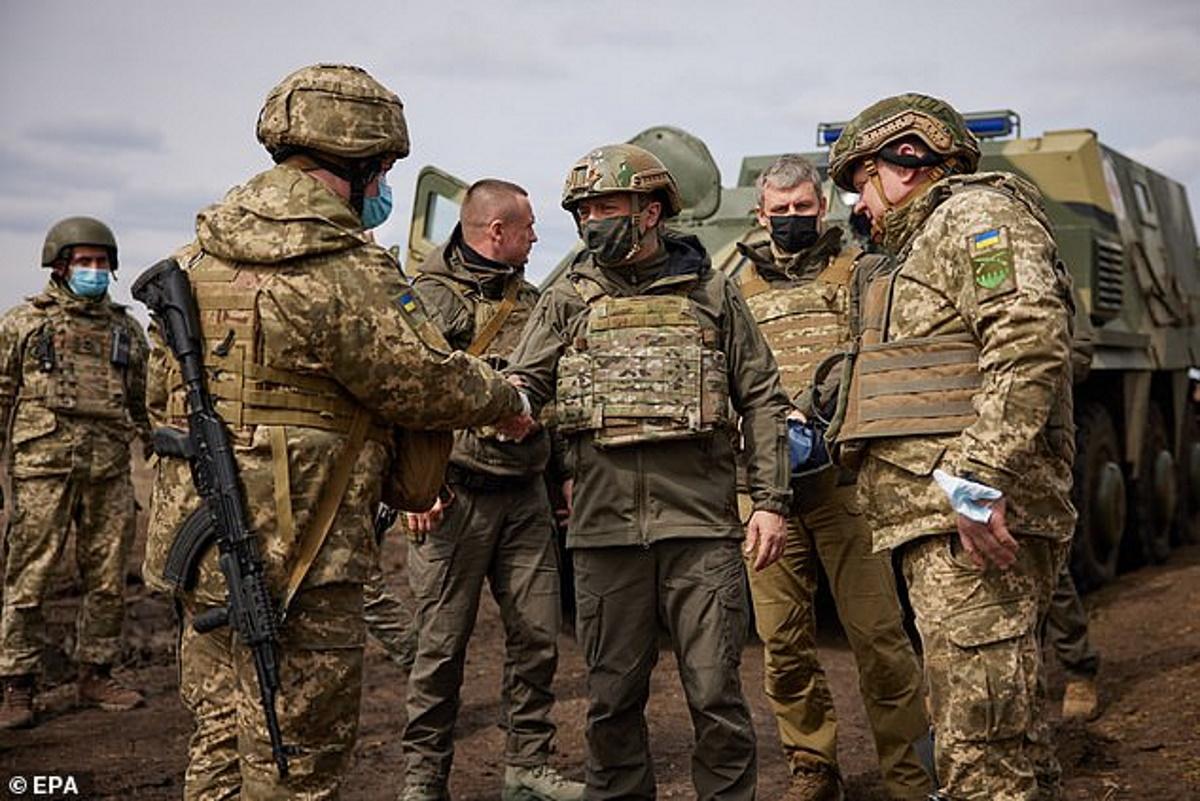 تصاویری از حضور رئیس جمهور اوکراین در خط مقدم میدان جنگ با روسیه