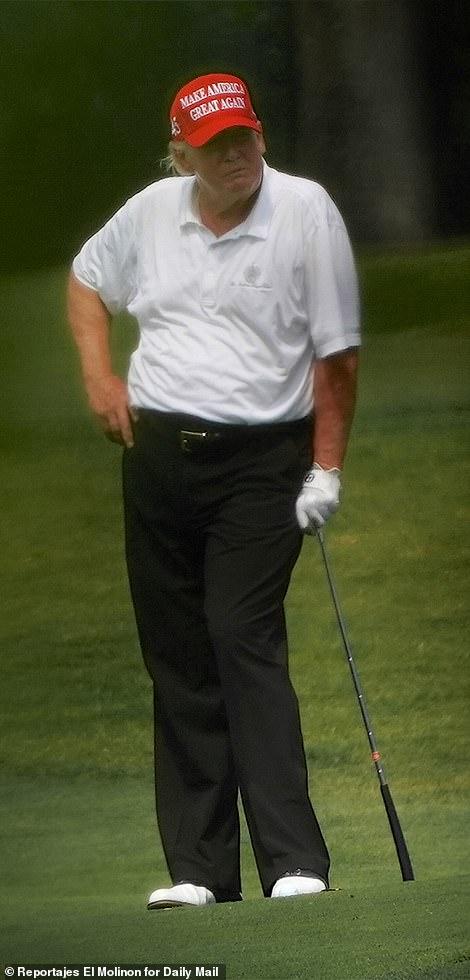 بارون ترامپ کوچکترین فرزند دونالد ترامپ روز شنبه در زمین گلف پالم بیچ به پدرش پیوست و مهارت خود را در بازی گلف به رخ کشید.