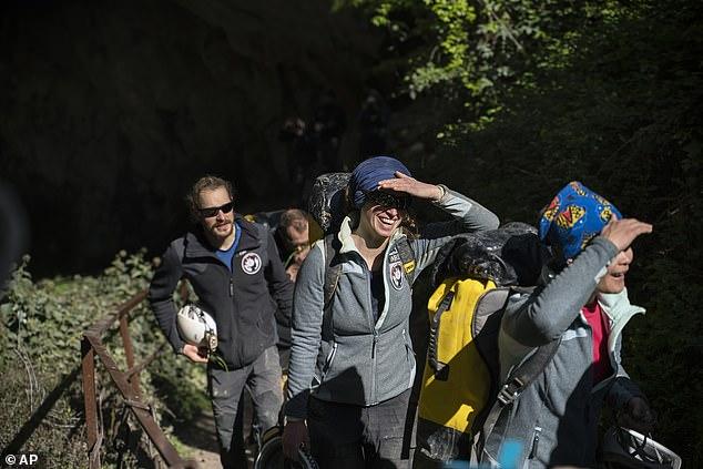 یک گروه 15 نفره که در آزمایشی متفاوت، ارتباط خود را به طور کامل با دنیای بیرون قطع کرده بودند، بعد از 40 روز از غاری زیرزمینی در فرانسه بیرون آمدند.