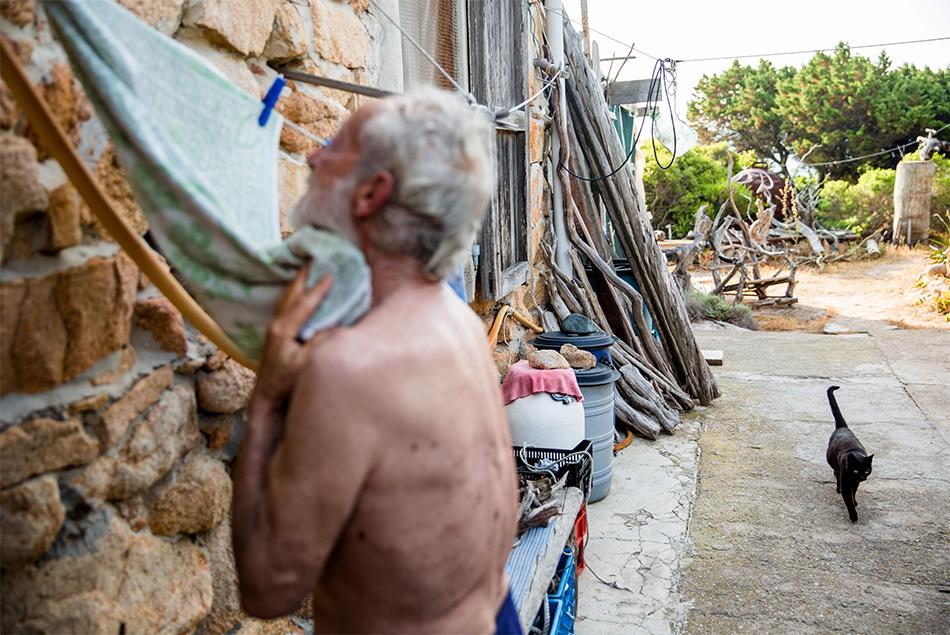 او را با نام رابینسون کروزوئه ایتالیا می شناسند، بعد از آنکه بیش از 30 سال به عنوان تنها ساکن در یک جزیره در ساردینیا شناخته می شد.