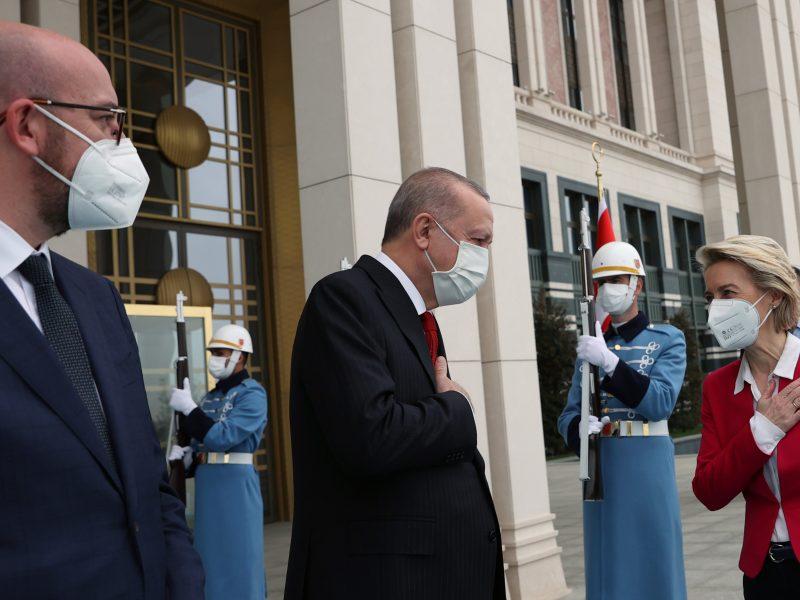 «سوفاگیت» (sofagate) ماجرایی است که در جریان دیدار نمایندگان اتحادیه اروپا و اردوغان برای اورسولا فون در لاین صندلی گذاشته نشده بود