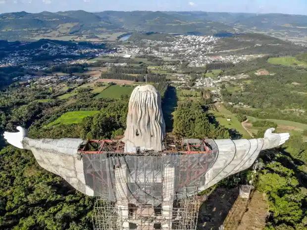 همه چیز برای قرار دادن تمثال مسیح در سر جای خود آماده است، مجسمه ای که با 141 فوت (43 متر) ارتفاع، بلندترین مجسمه مسیح خواهد بود.