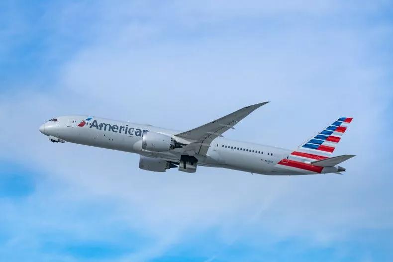 کلیپی از مسابقه دو هواپیمای مسافربری در حال فرود آمدن روی باند های فرود موازی در شبکه های اجتماعی دست به دست می شود.