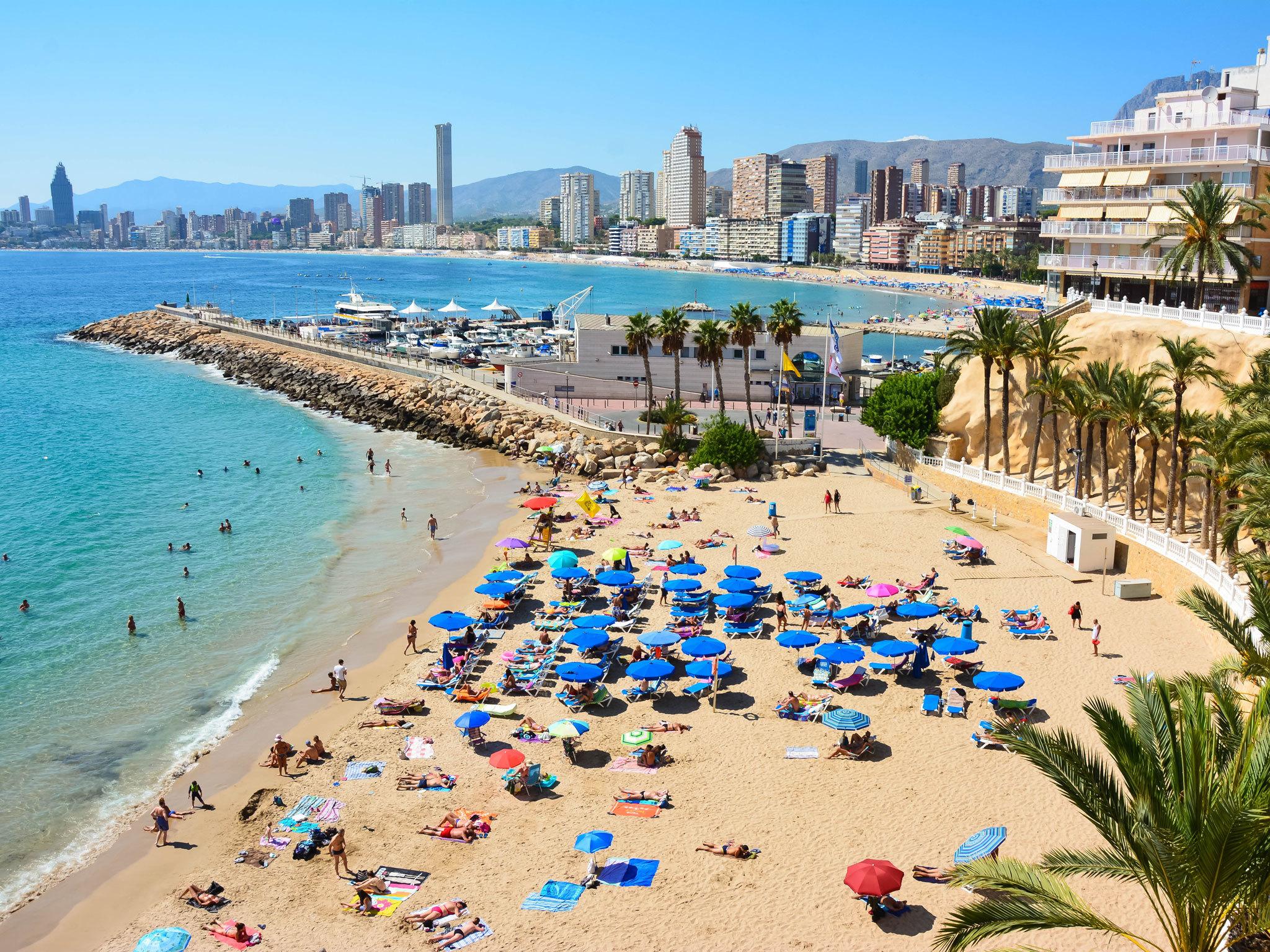 شیوع ویروس کرونا منطقه تفریحی بنیدورم در اسپانیا که به انگلیس کوچک مشهور است را به شهر ارواح تبدیل کرده است.