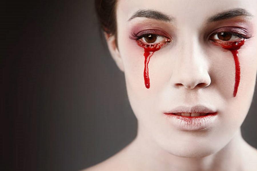 زنی که در دوران پریود خون گریه می کند