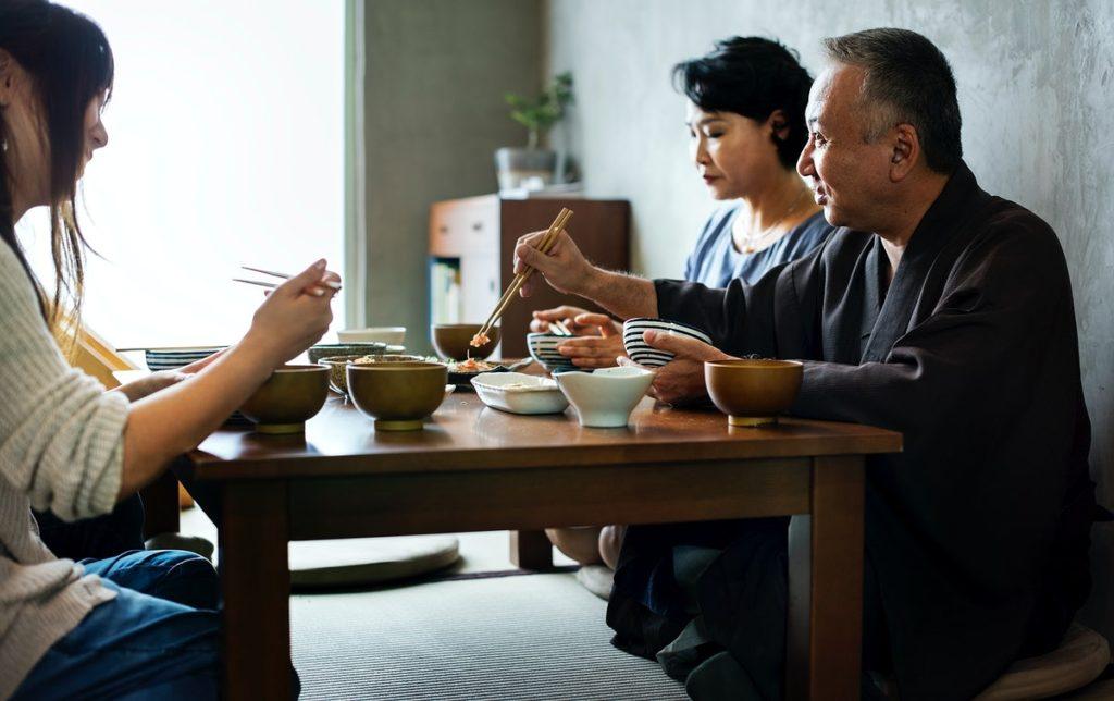 چرا ژاپنی ها روی زمین غذا می خورند و این کار چه فوایدی دارد؟