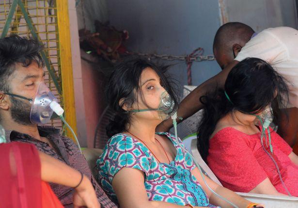 تصاویری از اوضاع هولناک شیوع کرونا در هند و مرگ تراژیک مادر در پارکینگ بیمارستان
