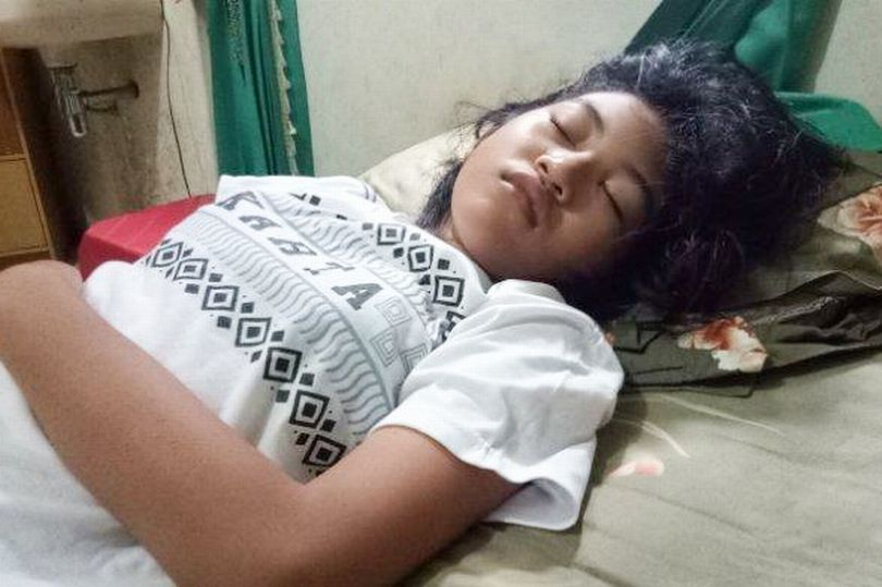 یک دختر اندونزیایی که به او لقب «زیبای خفته در دنیای واقعی» داده اند، به یک بیماری بسیار نادر مبتلاست که برای هفته های متوالی بخوابد.