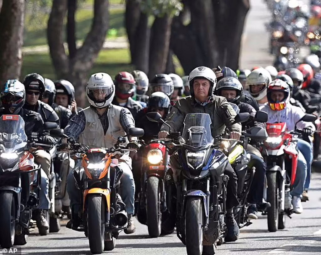 موتور سواری رئیس جمهور برزیل در روزهای سخت کرونایی کشورش